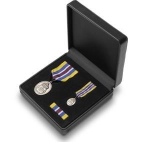Hõbedast teenetemedalite komplekt. Medal, miniatuur, lindilõige.
